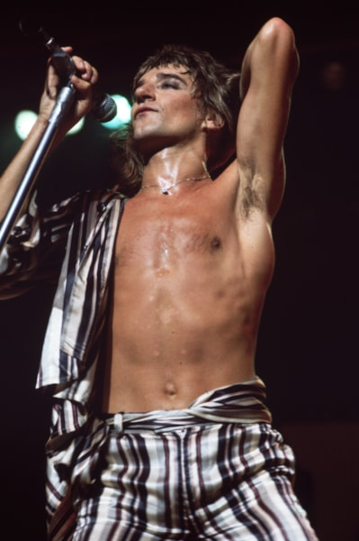circa 1975:  London born rock star and singer Rod Stewart in concert with 'The Faces'.  (Photo by Keystone/Getty Images)